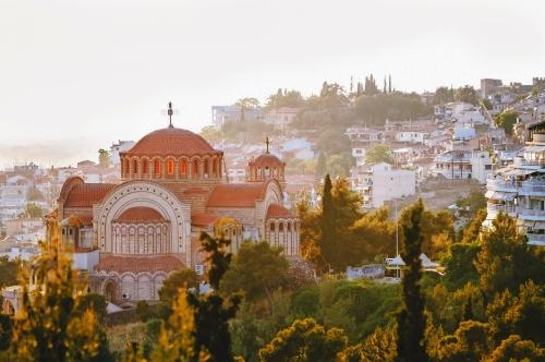 Blick auf die Kirche St. Paul und Thessaloniki Stadt bei Sonnenuntergang, Griechenland
