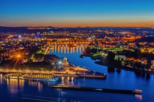 Das Deutsche Eck in Koblenz in der Abenddmmerung; Deutschland