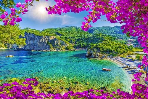 Erstaunliche Bucht mit kristallklarem Wasser in Paleokastritsa, Korfu Insel, Griechenland