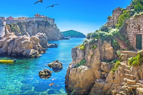 Adriatische Seebucht Dubrovnik. / Marmor versteckte Bucht im alten Stadtzentrum der berühmten Stadt Dubrovnik, Landschaft von Spiel der Throne, Kroatien Europa Reise-Resorts.