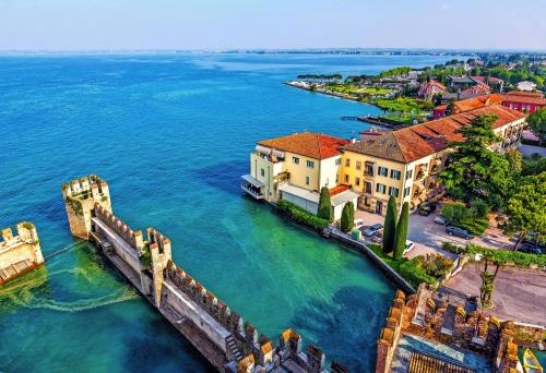 Blick von der Burg Rocca Scaligera über Sirmione am Gardasee, Italien
