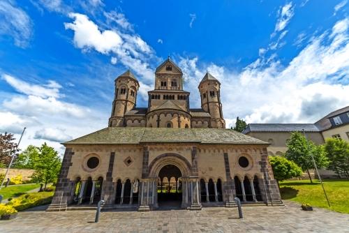 Alte mittelalterliche Benediktinerabtei in Maria Laach, Deutschland, erstmals 1093 gegründet - Vorderansicht