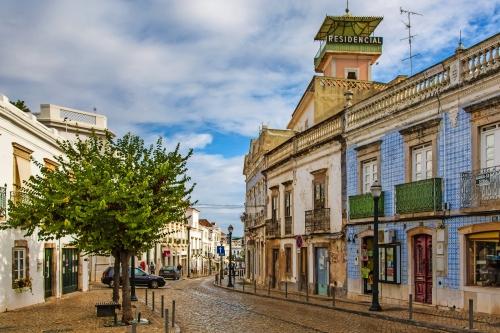 Ansichten von den Straßen von Tavira in Portugal