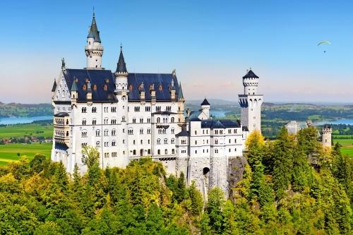 Berühmte Schloss Neuschwanstein, Märchenschloss auf einem rauen Hügel über dem Dorf Hohenschwangau in der Nähe von Füssen im Südwesten von Bayern, Deutschland