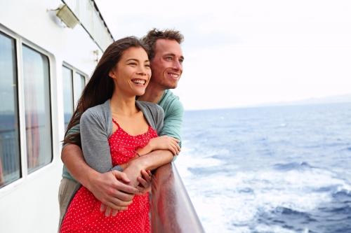 Paar genießt Kreuzfahrt