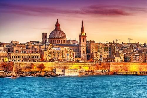 Valletta, Malta: Skyline von Marsans Harbour bei Sonnenuntergang. Die Kathedrale