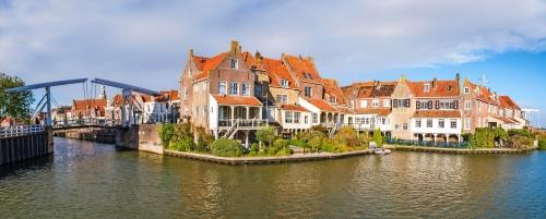 Häuser und Zugbrücke in der alten Stadt von Enkhuizen, Noord-Holland, die Niederlande