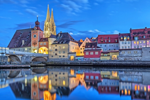 Historische Steinbrücke und Brückenturm in Regensburg