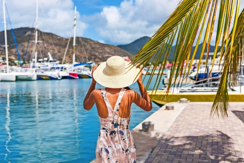 Junge Frau mit Sonnenhut im Philipsburg-Jachthafen beherbergten, St. Maarten, populärer Anlaufhafen für Kreuzschiffreisebestimmungsort. Niederländische Antillen, tropische Sommerferien.