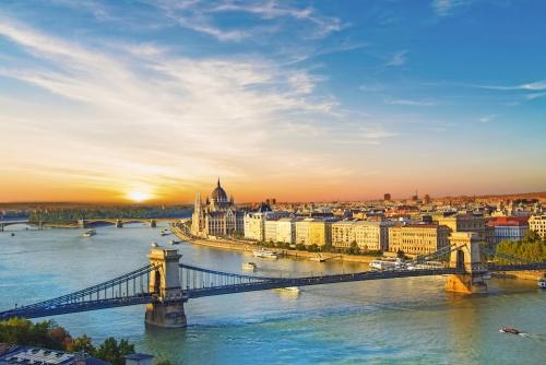 Schöne Aussicht auf das ungarische Parlament und die Kettenbrücke in Budapest, Ungarn