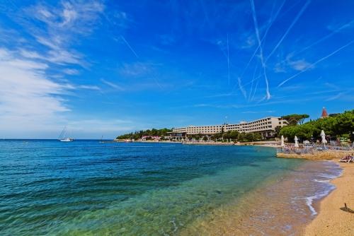 Das blaue Meer und der Himmel in Rovinj, Kroatien, Istria