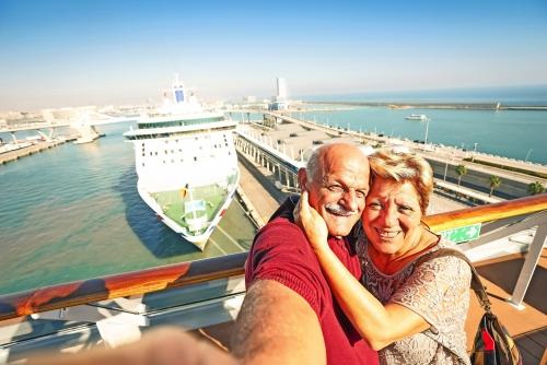 Älteres glückliches Paar, das selfie auf Kreuzschiffreise am Barcelona-Hafen nimmt - aktive Rentner, die Spaß haben