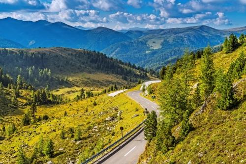 Hochalpenstraße durch die grünen Nockberge in Kärnten Österreich