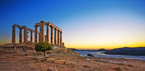 Griechenland. Kap Sounion - Ruinen eines alten griechischen Tempels von Poseidon nach Sonnenuntergang