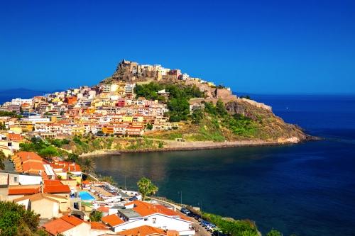 Schloss und bunte Häuser in der Stadt Castelsardo,Sardinien,Italien.