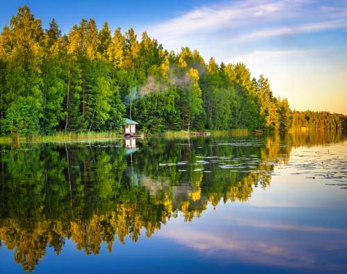 See Reflexionen Tampere Finnland auf Wasser mit wenigem Haus auf dem Wasser,schöner Himmel mit vielen Farben und Bäumen